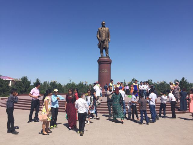 우즈베키스탄 사마르칸트에 세워진 카리모프 대통령의 동상. 이동학 작가