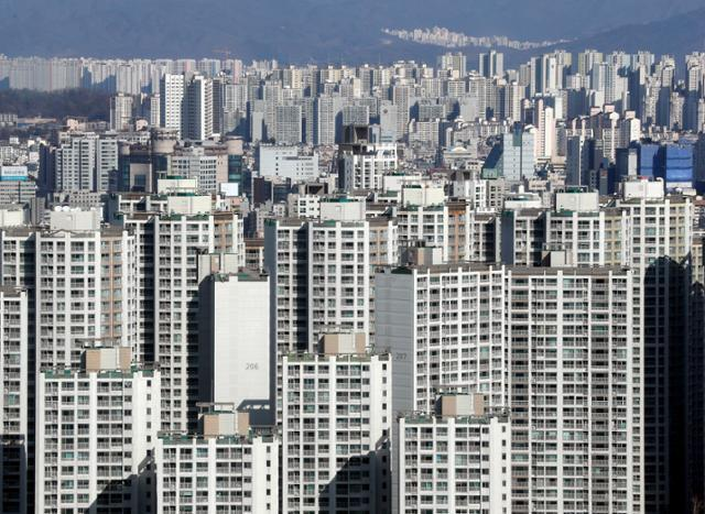 24일 오후 서울 송파구 롯데월드타워 전망대에서 바라본 아파트 단지. 뉴시스