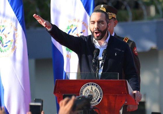 나이브 부켈레 엘살바도르 대통령이 지난해 2월 의회를 압박하며 지지자들에 연설하고 있다. [AFP=연합뉴스]