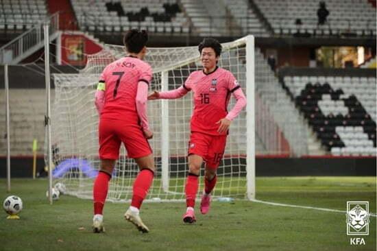 황의조(오른쪽)와 손흥민/사진=대한축구협회