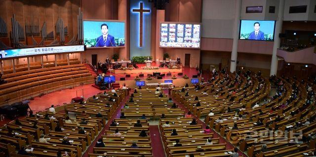 여의도순복음교회 교인들이 24일 대성전에 모여 예배를 드리고 있다. 교회는 예배당 좌석의 10%에 해당하는 1200석에 미리 스티커를 붙여둔 뒤 교인을 안내했다. 강민석 선임기자