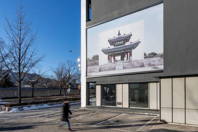 갤러리현대 외벽에 전시하는 '아트 빌보드 프로젝트'.