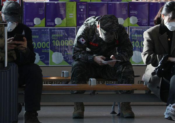 군복을 입은 한 군인이 24일 오후 서울역 대합실에서 부대에 복귀하기 위해 열차를 기다리고 있다. 정부가 공공기관과 공기업을 대상으로 직원 승진심사에 군 복무기간을 반영하는 규정을 모두 없애라고 지시해 논란이 일고 있다. [이승환 기자]