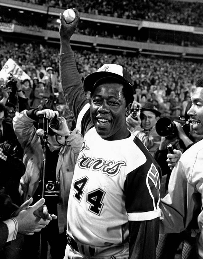 에런이 1974년 4월8일 열린 LA 다저스전에서 베이브 루스의 최다 홈런 기록을 넘어서는 개인 통산 715호 아치를 그린 뒤 홈런볼을 들어보이는 모습. 애틀랜타=AP연합뉴스