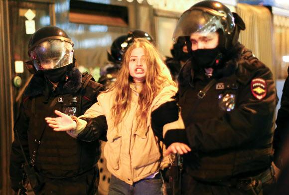 나발니 지지 시위자 연행 - 블라디미르 푸틴 러시아 대통령의 정적 알렉세이 나발니를 지지하는 시위가 23일(현지시간) 러시아 전역에서 벌어진 가운데 모스크바에서 경찰이 한 시위 참가자를 연행하고 있다. 2021.1.24 AP 연합뉴스