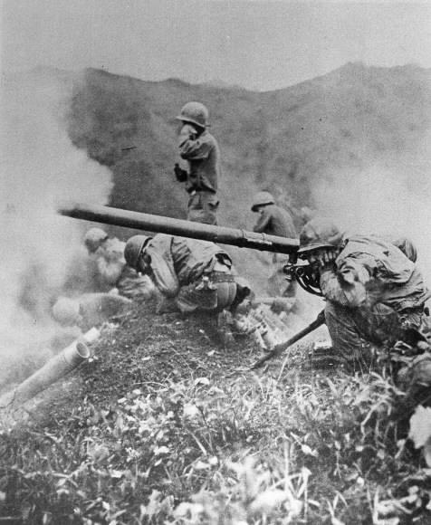 6·25 전쟁 당시 중공군을 향해 75㎜ 무반동포를 쏘는 미군들. 서울신문 DB
