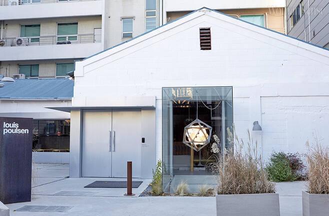 루이스폴센 성수 모노 스토어 매장 한편에는 디자이너와 연대별로 조명을 진열해둔 갤러리가 있다. 루이스폴센의 PH 시리즈는 많은 사랑을 받는 클래식 라인이다.