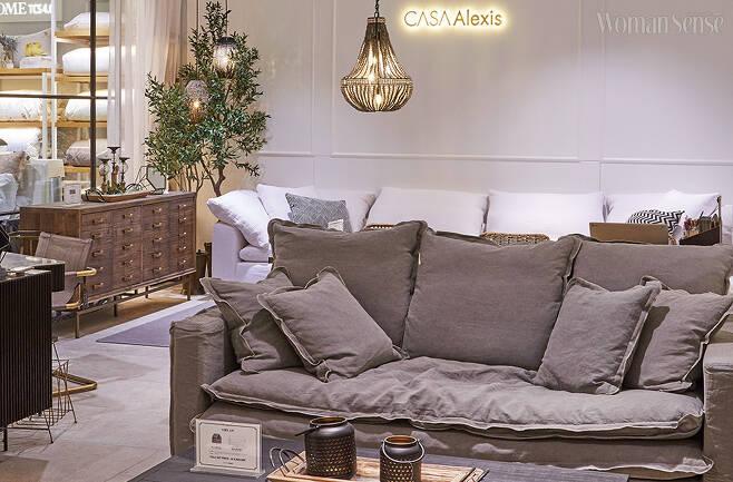 까사알렉시스 클레이 라이팅 컬렉션은 핸드메이드 방식으로 만든다. 다양한 디자인과 컬러를 선택할 수 있다.