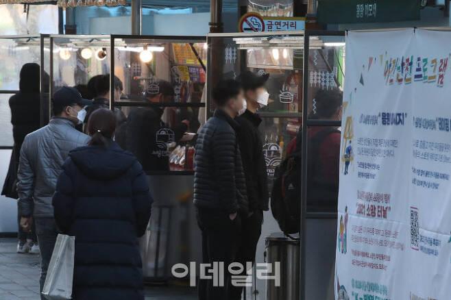 코로나19에 직격탄을 맞은 2030 세대들이 취업 등 갈 곳을 잃은 가운데 24일 오후 서울 동작구 노량진 컵밥골목에서 시민들이 음식을 기다리고 있다.[이데일리 이영훈 기자]