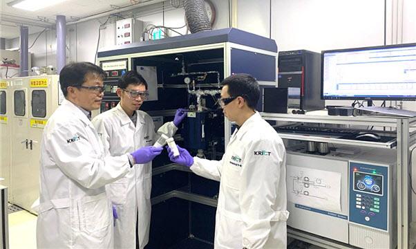 한국화학연구원 연구팀이 암모니아로부터 수소 생산용 촉매를 들고 있는 모습(왼쪽부터 채호정 박사, Le Thien An 박사, 김영민 박사).(사진=한국화학연구원)
