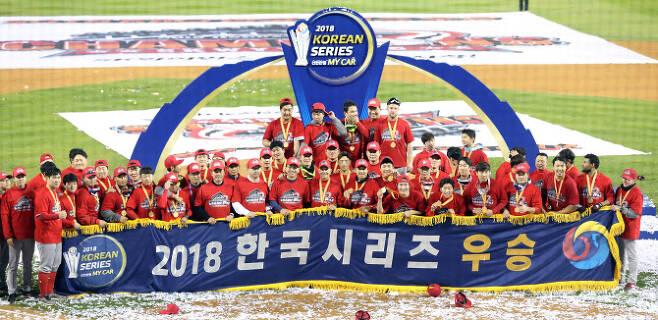 2018년 한국시리즈에서 우승한 SK와이번스. 사진=뉴시스