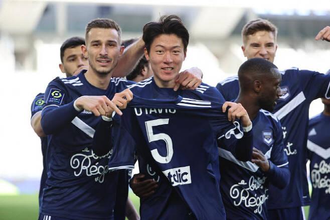 황의조가 프랑스 1부리그 앙제와의 경기에서 멀티골을 터뜨린 뒤 부상 당한 동료의 유니폼을 들고 선수들과 함께 세리머니를 펼치고 있다. 사진=보르도 구단 홈페이지