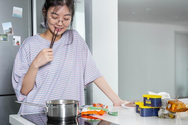 코로나19로 집에 머무는 시간이 길어지자 식사를 하는 시간대가 아침, 점심, 저녁으로 정형화되던 기존과 달리 '아점(아침+점심)', '점저(점심+저녁)' 등 시간이 날 때 유동적으로 해결하는 경우가 늘고 있다. 게티이미지뱅크