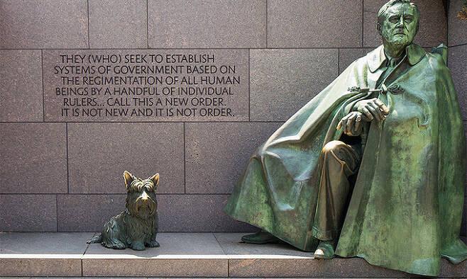 닐 에스턴이 제작한 루스벨트 대통령의 모습. 1997년 기념관의 완공과 함께 공개된 이 조각은 프랭클린 D 루스벨트 대통령이 앉아있는 휠체어를 교묘하게 감추고 있다.