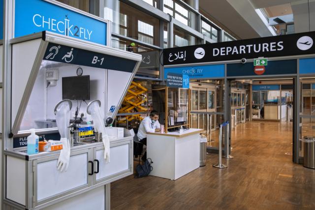 26일(현지시간) 이스라엘 벤 구리온 공항에 코로나19 테스트 부스가 설치돼 있다. /AP연합뉴스