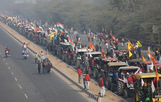 26일(현지시간) 인도 뉴델리에서 트랙터 시위를 하는 농민들. EPA=연합뉴스