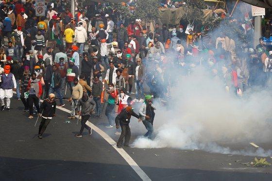 시위가 격렬해지자 경찰을 시위대를 향해 최루탄을 발포했다. 로이터=연합뉴스