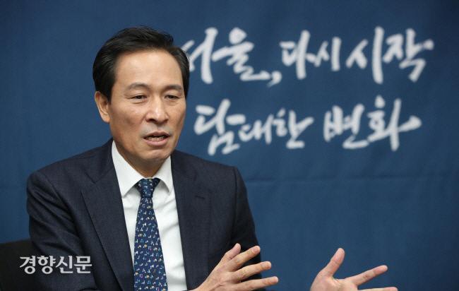 오는 4월 치러지는 서울시장 보궐선거에 출마 의사를 밝힌 우상호 더불어민주당 의원이 지난달 22일 서울 영등포구 의원회관 우 의원 사무실에서 주간경향과 인터뷰를 하고 있다. 권도현 기자