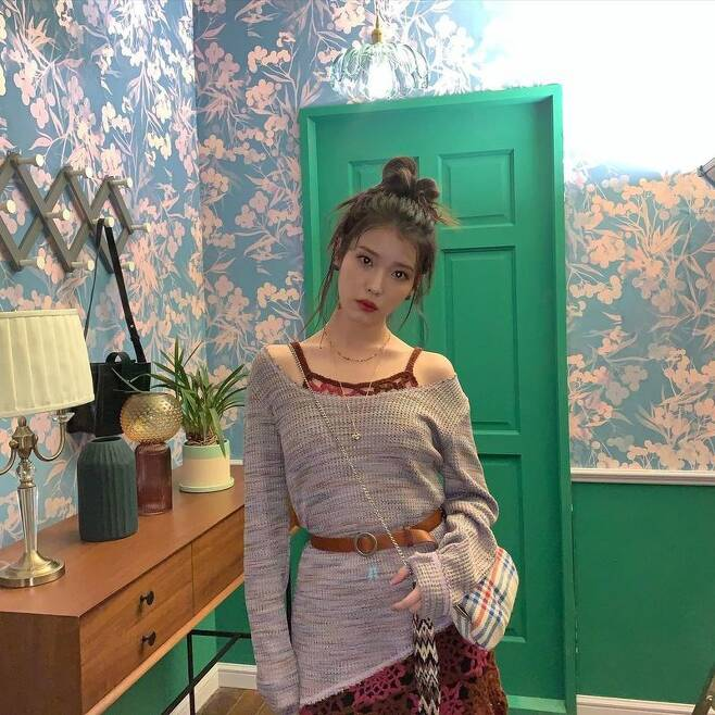 Singer IU showed off her water-watered fairy Beautiful looksIU posted a picture on January 28th with an article entitled Lee Ji-dong on his personal instagram.In the photo, IU gave a red sleeveless point to a V-neck with a shoulder line. Red lips and high-bound hair made beautiful looks stand out.Especially the small face that seemed to disappear, the big eyes added fairy beauty.Meanwhile, IU released its digital single Celebrity on January 27.