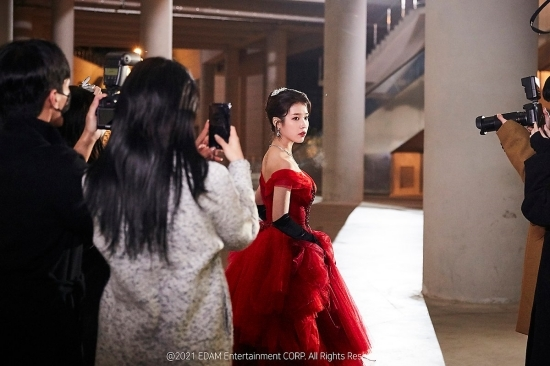 ()Extreme grace.On the 28th, IUs agency EDAM Entertainment Naver Post posted behind-the-scenes photos of IUs regular 5-home pre-release song Celebrity (Celebrity) music video shoot.In the music video shoot, IU shot the heart of the official fan club Yuana with a digestive power that digests any makeup and a brilliant beautiful look.The behind-the-scenes footage of Celebrity music video can be viewed at the official EDAM Entertainment Naver Post.On the other hand, as soon as the new IU song Celebrity, which was released on the 27th, was released, it entered the recently reorganized Melon 24 Hits chart in a short time as well as the top music charts such as Genie Music and Bugs.In addition, this new song was ranked # 1 in the iTunes Song Charts in six countries, making it popular among overseas fans.IUs new song Celebrity is a new song that was released in eight months after the release of the digital single Eight in May last year.Especially, it showed a concept teaser of various styling using colorful and colorful color, and collected a big topic before the release of the sound source.1 Video and new media brand of entertainment media.