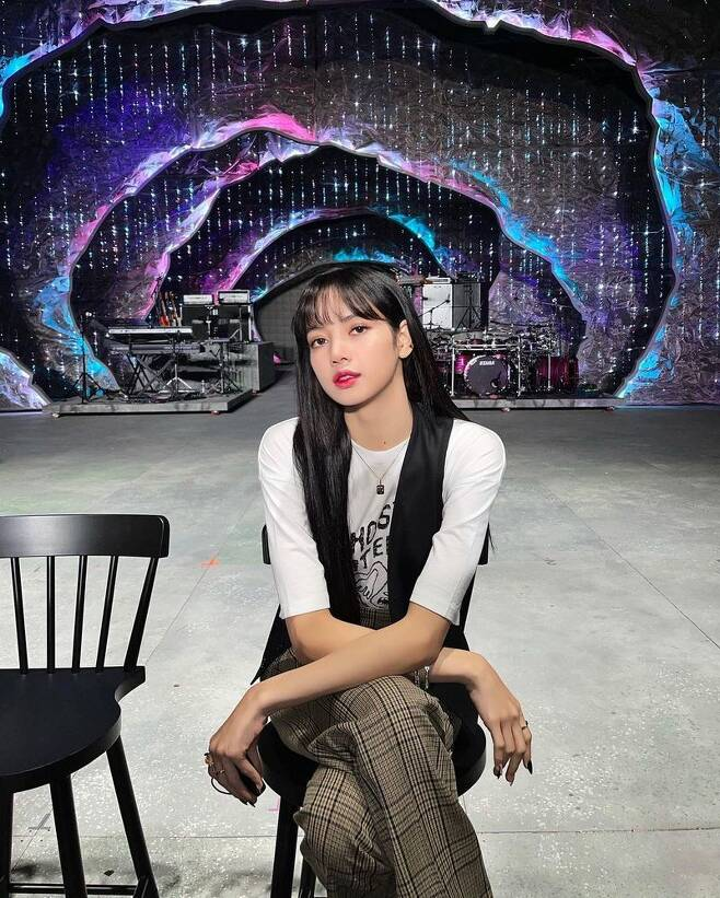 BLACKPINK Lisa showed off her face that looked like it was going to die out.Lisa uploaded a picture to her Instagram on January 29 with the phrase two days left.Lisa in the photo is sitting in a chair, which showed off her beauty with dark double eyelids and a small face.BLACKPINK, where Lisa belongs, will host a live stream concert THE SHOW