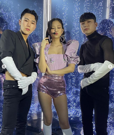 Group BLACKPINK Jenny Kim has boasted a beautiful charm.Jenny Kim said on her SNS on the 1st, With the wonderful brothers who made the Sour Candy Shinsatang stage.It was a new challenge, but I was so happy every moment. In the photo, Jenny Kim boasts a cute charm in sparkling pants and a light purple top, with the glamour of her sparkling Jenny Kim captivating her attention.Jenny Kim reminded me of a Barbie doll with her balmy beautiful looks, a unique atmosphere that only Jenny Kim can show.BLACKPINK, which includes Jenny Kim, was the first live stream concert YG PALM STAGE - 2021 BLACKPINK: THE SHOW on the official YouTube channel on January 31st.