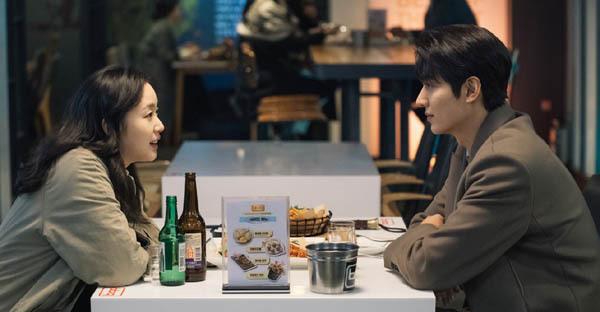 SBS 드라마 「더 킹: 영원의 군주」의 두 주인공이 극 중에서 술을 마시고 있다. / SBS