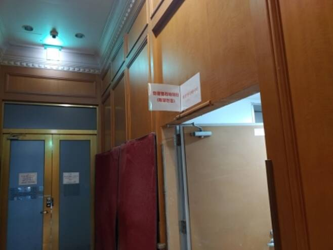 서울 시내 한 아파트 화물 승강기에 '배달 전용'이라고 적혀 있다. /사진제공=라이더유니온