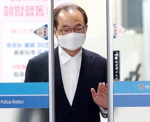 오거돈 전 부산시장이 지난해 6월 구속영장이 기각된 뒤 부산 동래경찰서 유치장을 나서고 있다. /연합뉴스
