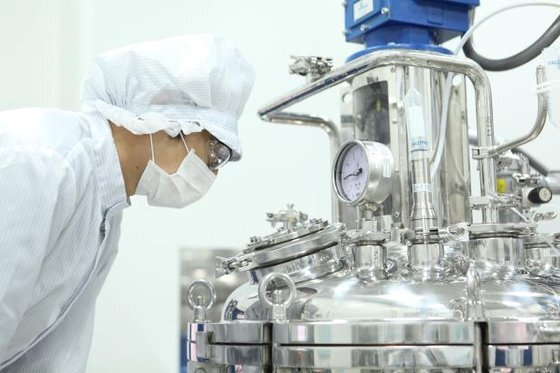 GC녹십자 연구원이 충북 오창공장에서 코로나19 혈장치료제의 혈장 분획 공정을 살펴보고 있다. [연합뉴스]