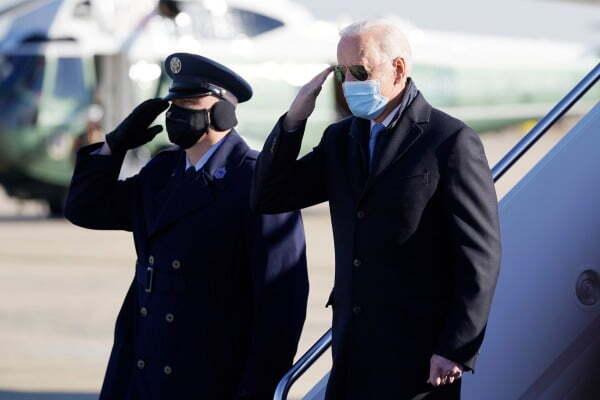 조 바이든 미국 대통령(오른쪽)이 8일(현지시간) 백악관으로 이동하기 위해 메릴랜드주 앤드루 공군기지에 도착하고 있다. AP연합뉴스