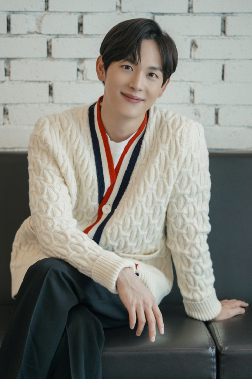 Siwan is expanding his own territory from idol groups to actors and from human dramas to noirs and thrillers.He has been recognized for his first romantic comedy and has grown into an actor who is expected to be more.Siwan, who recently met JTBC Run on, conducted a written interview with the star.Run on is a spin-off that tells the story of love and growth of a foreign currency translator, Oh Mi-joo, who has to turn back scenes like James Kyson and Siwan, a short-distance national team that has to run ahead.Siwan, who had less toxic melodies than his peers, was attracting attention as a romance spin-off that he showed in three years.He was not deliberately avoiding melodrama, but he was fascinated by romantic comedy with Run on.Every time Ive been doing spin-offs I think Im good, Ive come across the Spin-offs now, and romantic comedy is almost the first time Ive ever been in a Run on.I think romantic comedy has many good things to give to the genre itself, and I want to participate as much as possible if I have the opportunity in the future. Siwans first romantic comedy character, James Kyson, is buried in the title of a son of a member of parliament and a top actor, and a younger brother of a golf actress.It is a seemingly insatiable environment, but it has inner pain. It is not easy to express emotions and lacks communication with the world.Siwan has had a lot of troubles about whether this James Kyson and character can empathize with viewers.I told the writer, I think Sun-gum should live in his own world.I also seem to have worked hard to tug-of-war to make the other person embarrassed by the unintended pure question but not to look like a social maladjustment.Ive been careful not to lose your taste.Siwan thinks James Kyson and his actual sync rate is about 70%. The remaining 30% is the part that James Kyson wants to learn.I think it takes a lot of courage not to run alone when everyone is running, and if someone asks, Can I do it like James Kyson? then my answer