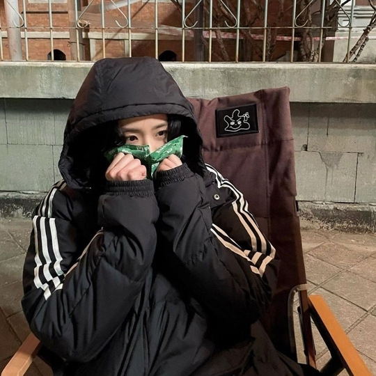 Group BLACKPINK Ji Soo showed off her cute charm.Ji Soo posted a picture on his instagram on the 9th.In the photo, Ji Soo is waiting outdoors in padding. Ji Soo is melting the cold with two hot packs on his cheek.His lovely appearance and cute pose make the viewers laugh.Meanwhile, Group BLACKPINK, which Ji Soo belongs to, is showing the strength of the global mainstream group by exceeding 1.2 billion views of Kill This Love music video YouTube at 0:38 am on the day.Photo Ji Soo SNS