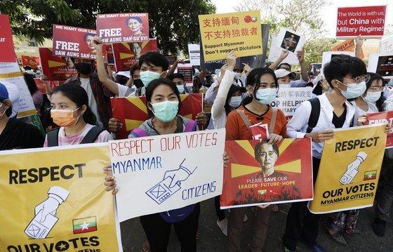 14일(현지시간) 미얀마 시위대가 양곤에 위치한 미얀마 주재 중국 대사관 앞에서 중국의 군부 지원 의혹을 제기하며 항의하고 있다.[EPA=연합뉴스]