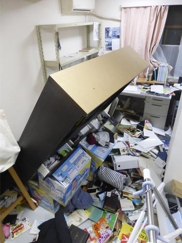 일본 후쿠시마 앞바다에 강진…넘어진 가구 (후쿠시마 교도=연합뉴스) 13일 오후 일본 후쿠시마(福島)현 앞바다에서 발생한 강력한 지진으로 인해 후쿠시마의 한 가정집 가구가 넘어져 있다.