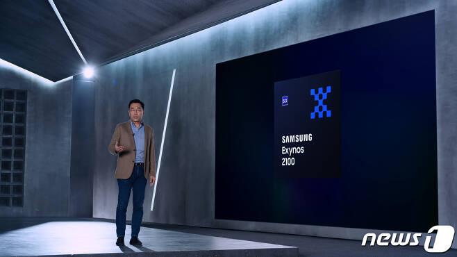 강인엽 삼성전자 시스템LSI사업부장 사장이 5나노 EUV 공정으로 생산되는 최신 모바일 AP '엑시노스 2100'을 소개하고 있다. '엑시노스 2100'은 CPU, GPU 성능이 각각 전작 대비 30%, 40% 이상 향상됐으며, 온디바이스 AI (On-Device AI) 성능도 크게 강화됐다.(삼성전자 제공)/뉴스1