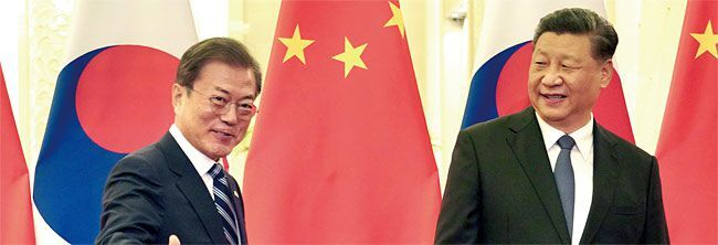 2017년 12월 23일 중국 베이징 인민대회당에서 열린 한·중 정상회담에서 문재인 대통령과 시진핑 주석이 회담장으로 향하고 있다. /뉴시스