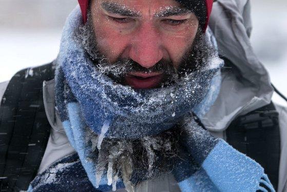 15일 미국 일리노이에서 한 남성의 턱수염에 고드름이 맺혔다. [AP=연합뉴스]