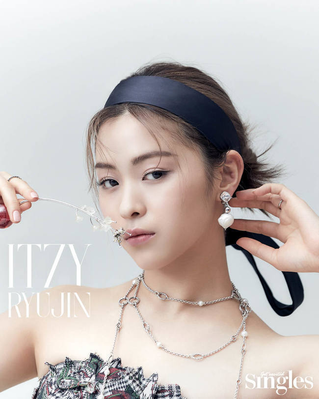 A visual picture with the colorful charm of Group ITZY has been released.ITZY recently filmed and interviewed lifestyle magazine Singles.In this photo, which shows various styles from colorful dresses to girl-like casual looks, ITZY showed a confident and confident appearance.Even though the members praised each other and chatted with each other, when the camera was turned on, they overwhelmed the atmosphere with intense eyes, and they showed off their professional aspect by completely digesting every cut.The close-up also includes a goddess who shines in the beauty of the five girls personality, making all the staff of the filming staff.From the debut song to the recent release, all the messages conveyed by the bright and positive voices unique to ITZY are attributed to naiveness.I thought it was good to see someone and want to be like him, but I didnt think it was necessary to be like him.I always thought that I wanted to be a Wannabe by myself, just like his good appearance as if he were covered with various colors on the drawing paper. I tried to be self-assured.I want to be a person who can think honestly and speak my thoughts without lies. I am firmly convinced that I will live a life that can be satisfied within my standards.I do not think it is necessary to live according to the standards because the standards of happiness, success, and failure vary from person to person. All members had their own distinct values.Ive been trying to absorb it into my own every time I learn something new since I was a trainee, Chae said.I still have not changed my mind to not lose myself until now. ITZY, which is preparing various contents such as V app and live because it is regrettable that it can not meet with fan club I believe in person, often has the modifier unique in front of it.The unique attraction of ITZY is energy, Leah said.I hope that when I listen to the song, the energy will be preheated for a moment. When I hear that fans have heard our songs and gained strength, I realize the meaning of ITZY.If I was alone, I could convey the courage that I could not convey to each person on stage under the name ITZY. , The more I do, the more greedy things become.I want to show more good things while trying various things. Yuna said, I want to inform ITZY more.I hope that I can give good energy through good stage and performance steadily. Meanwhile, Group ITZY, which earned the nickname Super Rookie at the same time as throwing an entry ticket to the music industry in 2019, recently released an English album