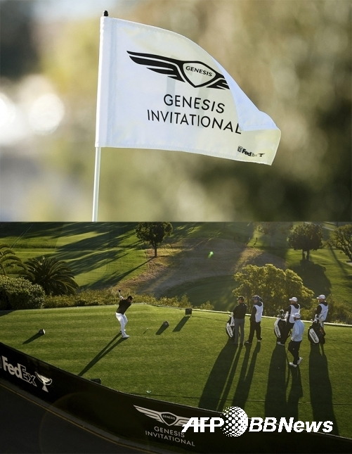 미국 캘리포니아주 리비에라 컨트리클럽에서 열리는 2021년 미국프로골프(PGA) 투어 제네시스 인비테이셔널 대회 깃발(위)과 코스(아래)의 모습이다. 사진제공=ⓒAFPBBNews = News1