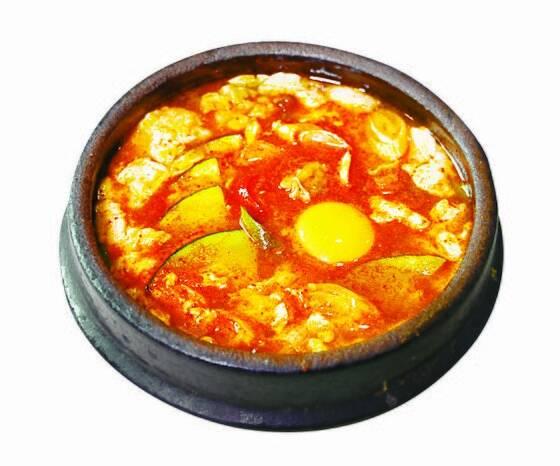 최근 일본에선 한국식 치킨(위 사진)과 순두부찌개 등 한국 요리가 인기를 끌고 있다. [사진 나리카와 아야]