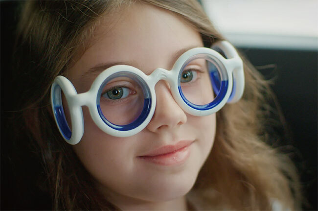 시트로앵은 렌즈는 없고 둥근 안경테가 네 개나 있는 멀미 방지 안경 '씨트로엥(SEETROEN)'을 선보였다. 사진 시트로앵