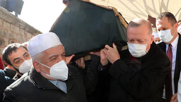오랜 스승의 비보를 접한 에르도안 대통령은 열 일을 제쳐 두고 장례식장으로 달려가 스승의 관을 직접 어깨에 짊어졌다.
