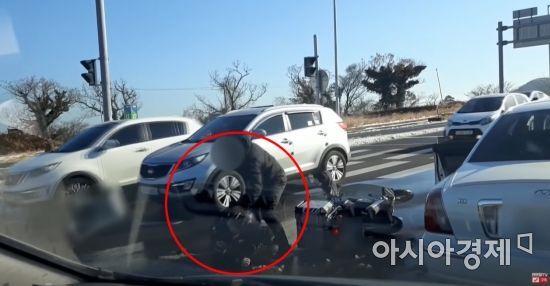 9일 오전 9시께 제주시 조천읍 와흘사거리에서 한 오토바이 운전자가 위험한 추월에 항의했다가 도로 한복판에서 무차별 폭행을 당하는 사건이 일어났다. 사진=한문철TV 캡처