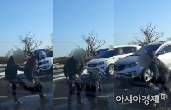 피해자 뒤로 가서 다리를 걸어 넘어트리는 운전자. 피해자가 넘어지자 앞으로 와 또다시 무차별 폭행을 이어가고 있다.사진=한문철TV 캡처