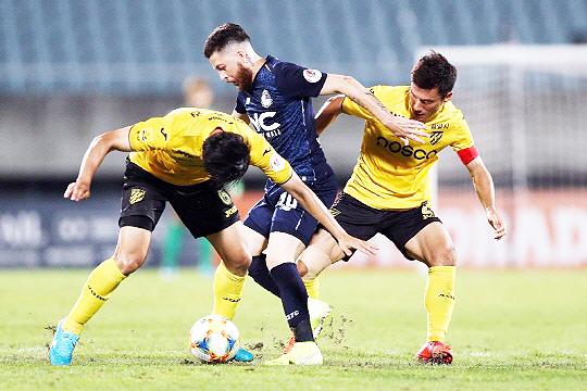 2019시즌 서울 이랜드 FC 공격을 책임졌던 두아르테(사진 가운데)(사진=한국프로축구연맹)