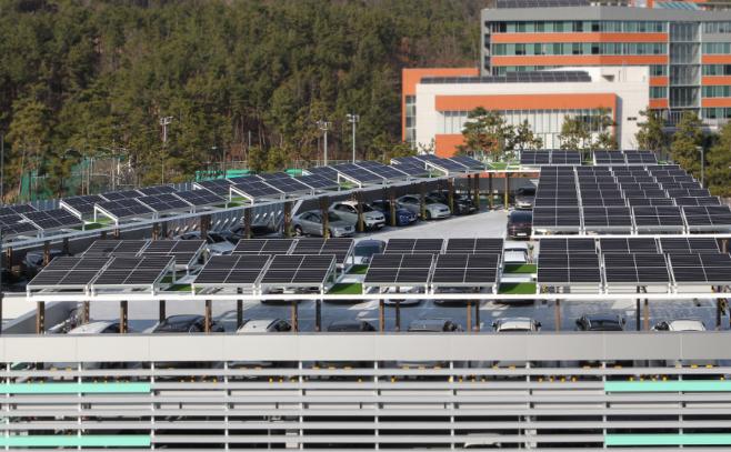 본사 내 증축한 주차장 옥상에 설치한 70kW 규모의 태양광 발전설비 모습 [사진 = 한국동서발전]