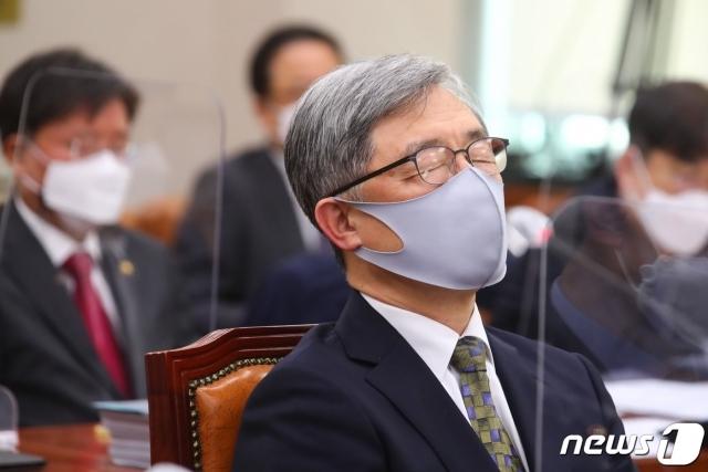 최재형 감사원장이 22일 오전 서울 여의도 국회에서 열린 법제사법위원회 전체회의에서 생각에 잠겨 있다./사진=뉴스1