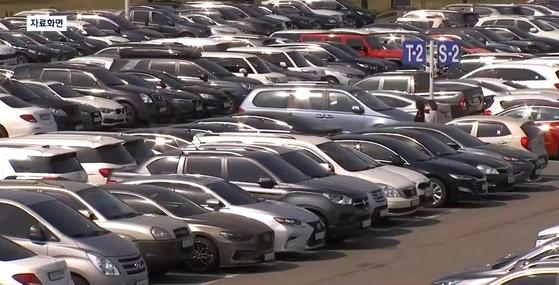 야외 주차장에 주차된 차량. 〈사진=JTBC 뉴스룸 캡처〉