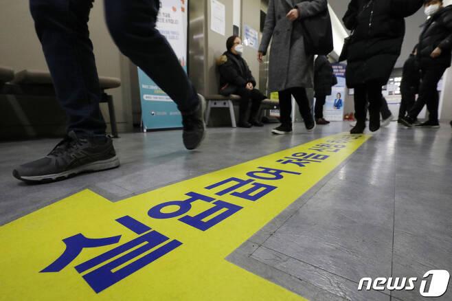 서울 마포구 서부고용복지플러스센터로 구직자들이 향하고 있다./뉴스1 © News1 민경석 기자